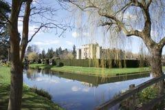 Замок Hever, между деревьями стоковые изображения rf