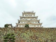 Замок Himeji на каменной стене расположенной в Himeji, префектуре Hyogo, Японии Стоковое Изображение