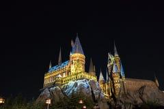 Замок Hogwarts в ноче на студии Universal Японии Осака стоковая фотография rf