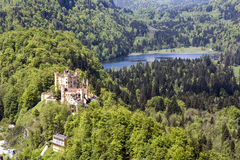 Замок Hohenschwangau в расстоянии Стоковые Изображения