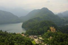Замок Hohenschwangau и озеро Alpsee Стоковые Фотографии RF