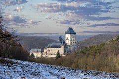 Замок Karlstejn в красивой зиме покрасил ландшафт с облаками стоковая фотография rf