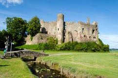 Замок Laugharne в Carmarthenshire - Уэльсе, Великобритании стоковые фото