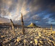 Замок Lindisfarne, Нортумберленд, Англия на заходе солнца Стоковые Изображения RF