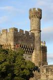 Замок Lismore осмотренный от реки Blackwater, Co провинция Уотерфорда, Мунстер, Ирландия Стоковая Фотография