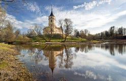 Замок в предыдущем весеннем дне стоковая фотография