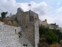 Замок Marqab в Сирии с флагом на верхней части Стоковые Фотографии RF