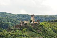 Замок Metternich (Burg Beilstein) на зеленом холме Стоковое фото RF