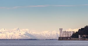Замок Miramar с итальянкой Альпами в предпосылке Италия trieste Стоковые Изображения RF