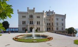 Замок Miramare в Триесте увиденном от своего парка Стоковая Фотография