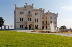 Замок Miramare в Триесте увиденном от своего парка Стоковые Фотографии RF