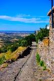 Замок Monsaraz и деревня внутренние, скалистая дорога, живописный Alentejo, перемещение к югу от Португалии Стоковое Фото
