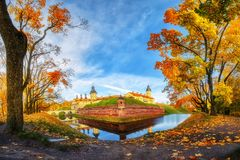 Замок Nesvizh на солнечный день осени Ландшафт осени яркого пейзажа красочный Покрашенное падение листвы Стоковое Изображение
