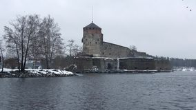 Замок Olavinlinna, после полудня в марте Savonlinna, Финляндия акции видеоматериалы