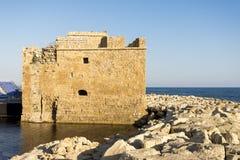 Замок Paphos и грубые утесы в гавани Стоковые Фотографии RF
