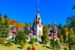 Замок Peles, Sinaia, Prahova County, Румыния: Известный замок Нео-ренессанса в цветах осени стоковое изображение rf
