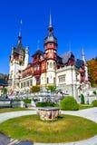 Замок Peles, Sinaia, Prahova County, Румыния: Известный замок Нео-ренессанса в цветах осени стоковое фото rf