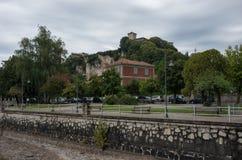 Замок Rocca di Angera, взгляд вне с обваловки городка Angera озера Maggiore стоковые фото