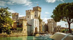 Замок Rocca Scaligera в городке Sirmione около озера Garda стоковые изображения