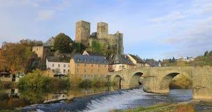 Замок Runkel и старый каменный мост в Runkel, Германии сток-видео