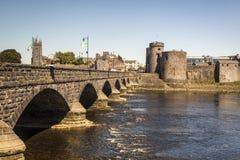 Замок ` s короля Джона и мост Thomond, лимерик Ирландия стоковая фотография rf