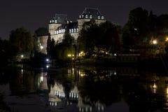 Замок ` s Valentino в Турине Италии к ноча Стоковое Изображение