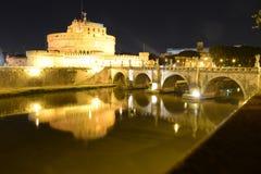 Замок Sant Angelo на реке на ноче, Риме Tevere, Италии стоковое фото