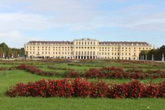 Замок Schönbrunn от сада Стоковая Фотография