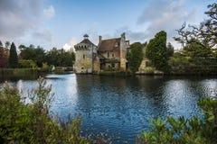 Замок Scotney, около Lamberhurst в Кенте, Англия стоковое изображение rf