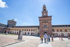 Замок Sforzesco в месте Cairoli, центре города милана, Италии стоковые изображения