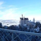 Замок Snowy Нойшванштайна во время зимы стоковое фото rf