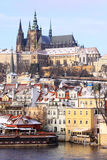 Замок Snowy Праги готический над рекой Влтавой Стоковая Фотография