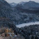 Замок Snowy Hohenschwangau во время зимы стоковые изображения