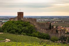 Замок Soave, взгляда от Норт-Сайд стоковое изображение