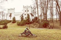 Замок Strazky и статуя любовников, Словакия стоковое изображение rf