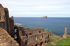 Замок Tantallon с островом басового утеса в Шотландии Стоковые Фото