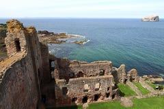 Замок Tantallon с островом басового утеса в Шотландии Стоковое Изображение RF