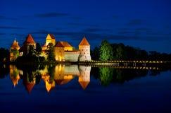 Замок Trakai на ноче Стоковые Изображения