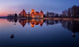 Замок Trakai на ноче Стоковое Изображение RF
