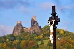 Замок Trosky, христианский крест в фронте Стоковая Фотография RF