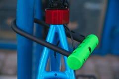 Замок U- велосипеда Задействуя парк Стоковые Фото
