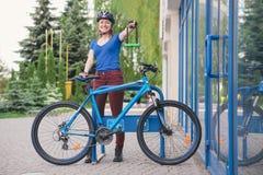 Замок U- велосипеда Задействуя парк Стоковые Фотографии RF