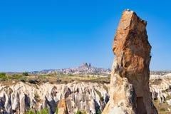 Замок Uchisar на утесе в древнем городе на горизонте, Cappadocia, t стоковая фотография