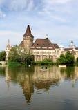 Замок Vajdahunyad с озером Стоковое фото RF