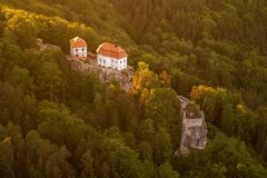 Замок Valdstejn в богемском рае сверху стоковое фото rf