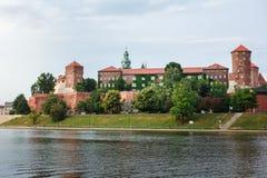Замок Wawel в Кракове, длинном реке и каменных стенах Стоковые Фотографии RF