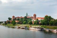 Замок Wawel в Кракове, длинном реке и каменных стенах Стоковое Фото