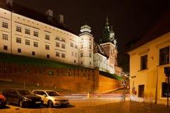 Замок Wawel королевский на ноче в Кракове Стоковые Изображения