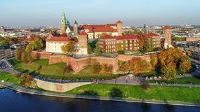 Замок Wawel, собор и Река Висла, Краков, Польша в падении на заход солнца Воздушное видео сток-видео