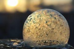 Замораживание пузырей мыла в холоде Вода зимы мыльная замерзает в t стоковые фото